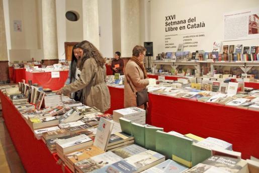 Algunos de los visitante de la Setmana del Llibre en Català que se lleva a cabo en sa Capella de la Misercòrdia.