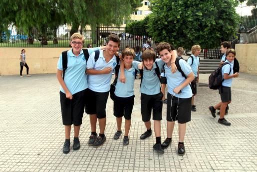 Escolares vestidos de uniforme en el exterior de un centro privado de Palma.