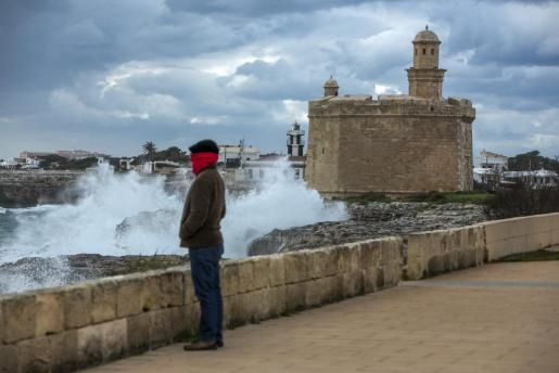 El temporal golpea los alrededores del puerto de Ciutadella.