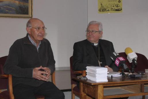 El rector Andreu Genovart, con el obispo Salinas, en Can Vallespir.