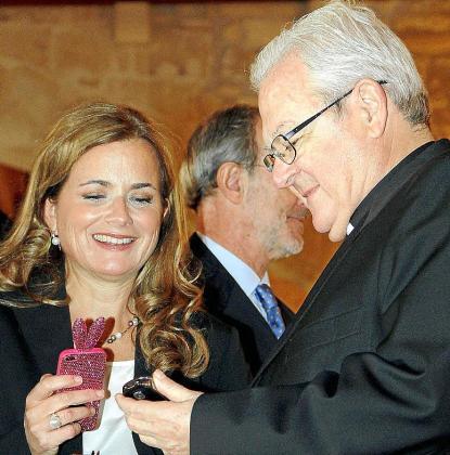 Imagen de archivo de la senadora Gari Duran junto al obispo de Mallorca, Javier Salinas, en un acto oficial con motivo del aniversario de la Constitución.