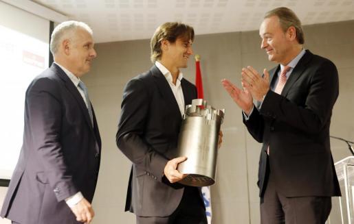 El tenista David Ferrer recibe el máximo galardón del tenis español, el premio Juan Antonio Samaranch, como reconocimiento a su dilatada y exitosa carrera profesional, de manos del president de la Generalitat, Alberto Fabra, y de José Luis Escañuela, presidente de la Federación Española de Tenis.