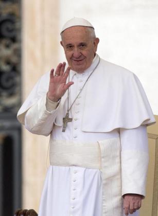El papa Francisco saluda a los fieles durante la audiencia general de los miércoles en la Ciudad del Vaticano.