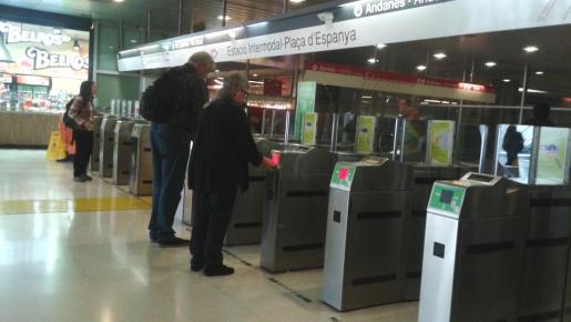 El nuevo sistema de tornos instalado en las estaciones del tren y del metro no funciona correctamente.