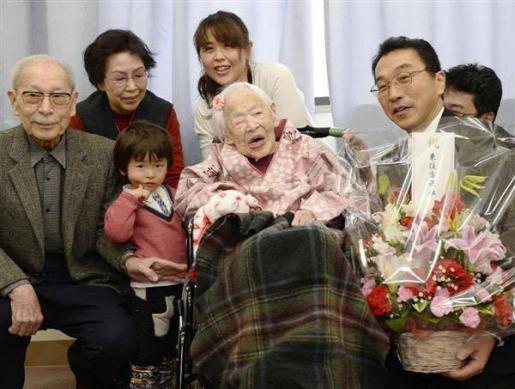Misao Okawa, con familiares en la residencia donde vive.