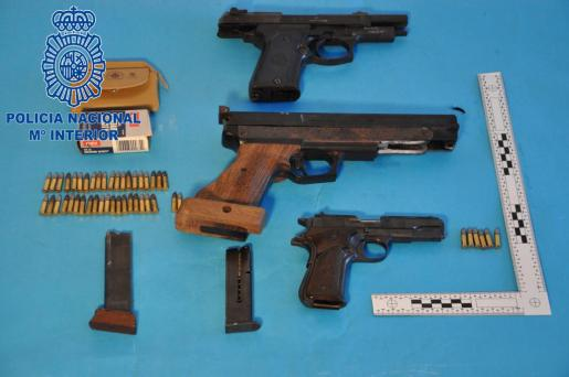 Armas y munición que el detenido poseía.