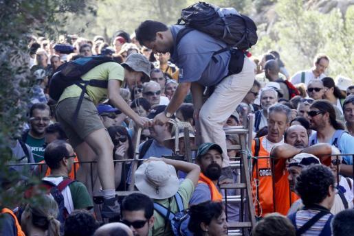 Más de 500 personas saltaron la valla que impide el acceso a través del Camí de Ternelles en una marcha reivindicativa en octubre de 2009.