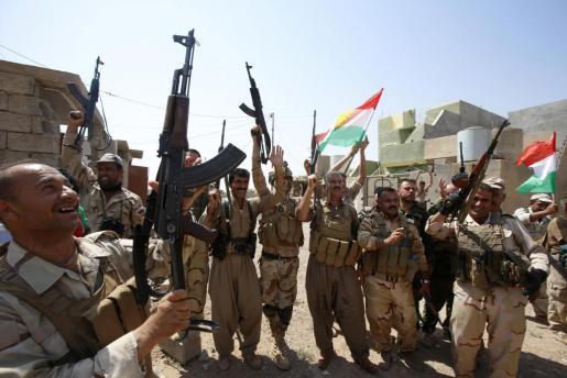 Un grupo de soldados celebra su victoria frente a los yihadistas en un enclave del norte de Irak.