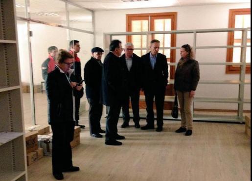 La presidenta del Consell, Maria Salom, ha visitado junto al alcalde, Martí Fornés, el edificio multifuncional donde se instalará la biblioteca.
