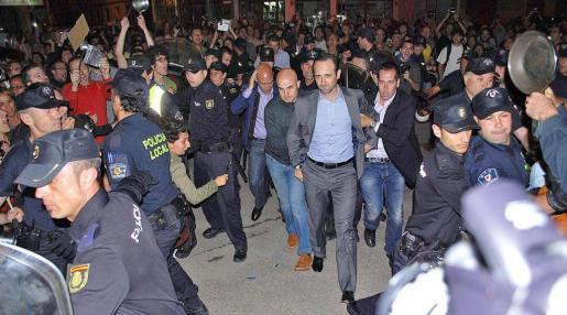Más de un centenar de vecinos increparon al president a la entrada de la sede del PP en mayo de 2012 siendo necesaria la presencia de la policía.