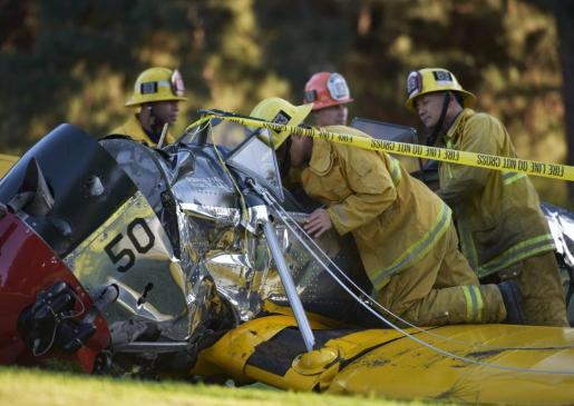 Miembros del Departamento de Bomberos de Los Ángeles llegan al lugar donde una avioneta en la que viajaba el actor estadounidense Harrisson Ford se estrelló.