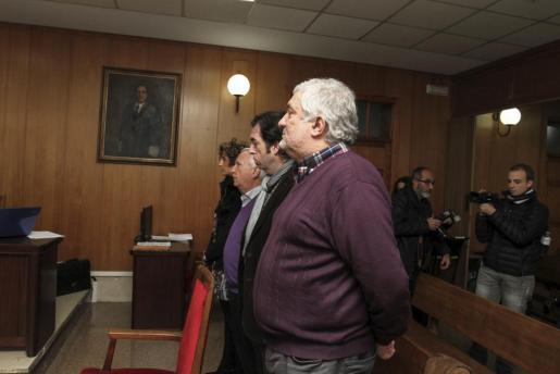 El alcalde de Lloseta, Bernat Coll, en primer plano junto a los tres concejales que fueron juzgados, durante una de las sesiones del juicio.