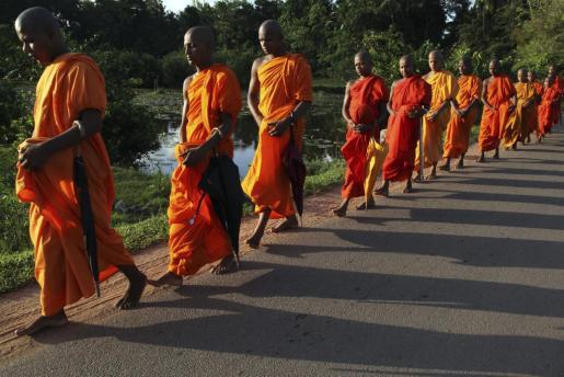 """Novicios budistas durante la fiesta religiosa del """"Vesak""""."""