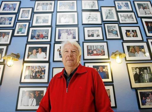Joan Riera en la galería de personajes famosos de su restaurante.