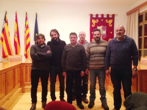Joan Toni Coll, segundo por la derecha, junto a Miquel Ensenyat y otros compañeros de la agrupación Més per Consell.