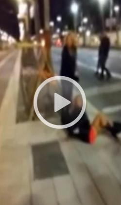 La joven cayó al suelo tras ser golpeada por detrás sin motivo aparente.