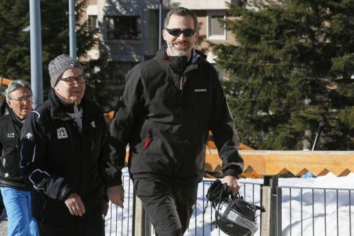 El rey Felipe ha aprovechado este sábado el buen tiempo para disfrutar de su afición al esquí en las pistas de la estación de Baqueira Beret (Lleida).
