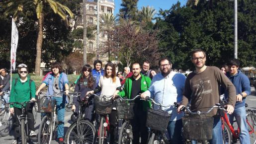 HIla, junto a miembros de las Joventuts Socialistes y de Massa Crítica.