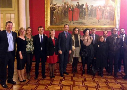 Autoridades y representantes de la cultura local en el Parlament.
