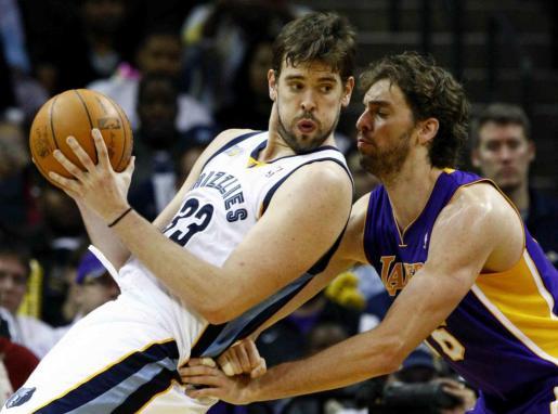 Pau Gasol de los Lakers junto a su hermano Marc Gasol de los Grizzlies de Memphis durante un encuentro de la NBA.