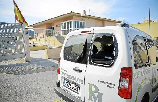 Una de las furgonetas afectadas, aparcada ante el cuartel de la Guardia Civil.