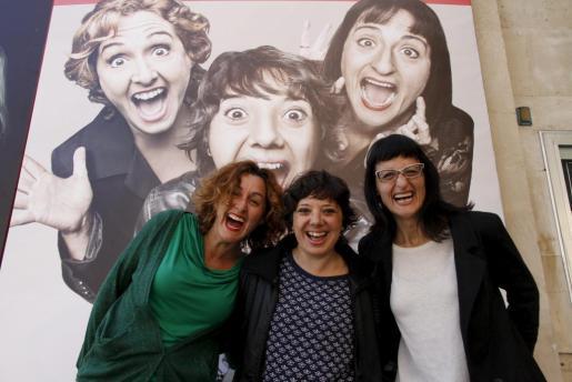 Meritxell Huertas, Ota Vallès y Anabel Totusaus, frente al Auditòrium de Palma presentando 'Confesiones de mujeres de 30'.
