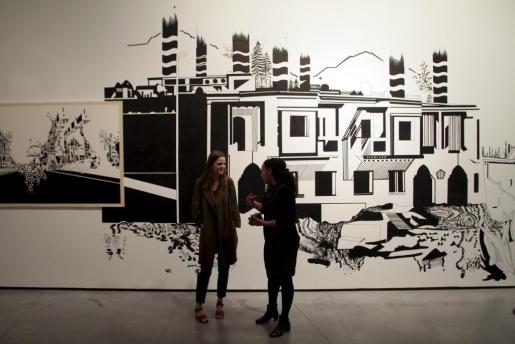 La artista marsellesa Chourouk Hriech, derecha, explica su intervención sobre las paredes del Museu Es Baluard.