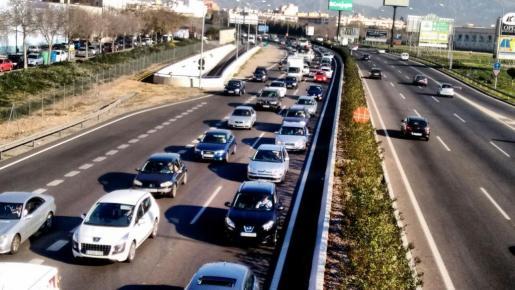 Imagen de las largas retenciones de coches en la Via de Cintura.