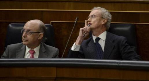 Imagen del ministro Morenés pidiendo silencio tras la intervención de su oponente.