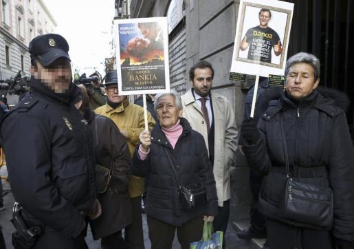 Preferentistas de Bankia protestan ante las puertas del juzgado.