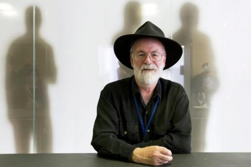 Fotografía de archivo fechada el pasado 15 de junio de 2012 que muestra al novelista británico Terry Pratchett durante una entrevista celebrada en Zúrich, Suiza, Terry Pratchett, famoso por la saga de sus novelas sobre Mundodisco, murió este jueves 12 de marzo de 2015 tras una lucha contra el alzhéimer.