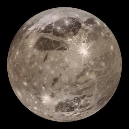 Ganímedes es una luna de Júpiter, y es la más grande del Sistema Solar.