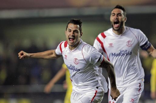 """El centrocampista del Sevilla Víctor Machín """"Vitolo"""" junto a su compañero Vicente Iborra, celebra el gol marcado ante el Villarreal, el primero de su equipo, durante el partido de ida de octavos de final de Liga Europa."""