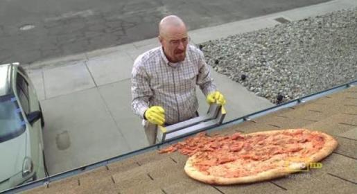 Fotograma de la serie Breaking Bad donde se ve la pizza en el tejado.