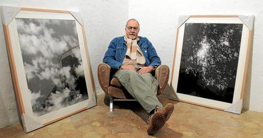 Jean Marie del Moral, con dos de las fotografías de 'L'ull Gaudí', en la sede de Comerciants de Núvols, Palma.