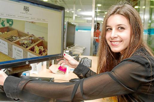 La joven Estela, una de las impulsoras de la novedosa campaña de dinamización del Mercat Nou de Vila. Foto: TONI ESCOBAR
