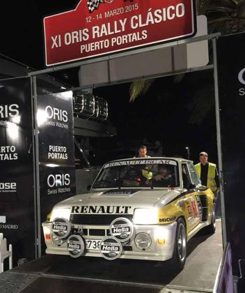 El Renault 5 Turbo del año 1984 con el que Carlos y José participaban en el Oris Rally Clasico. La imagen, tomada del Facebook del piloto, corresponde al inicio de la competición.