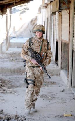 Imagen facilitada hoy, 28 de febrero de 2008, que muestra al Príncipe Enrique de Inglaterra patrullando en la ciudad desértica de Garmisir, Afganistán.