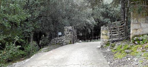 El Consell instaló hace meses en la finca de la Empaltada una barrera con cierre automatizado que permite el paso de los excursionistas.
