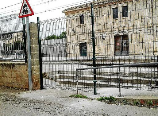 La instalación de vallas obliga a cruzar dos veces la vía para acceder al andén de Coanegra en Santa Maria.