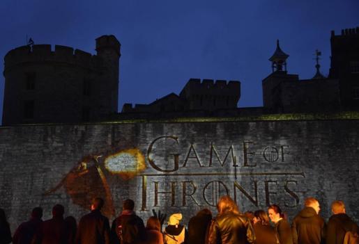 Fans de la serie, frente a la Torre de Londres.