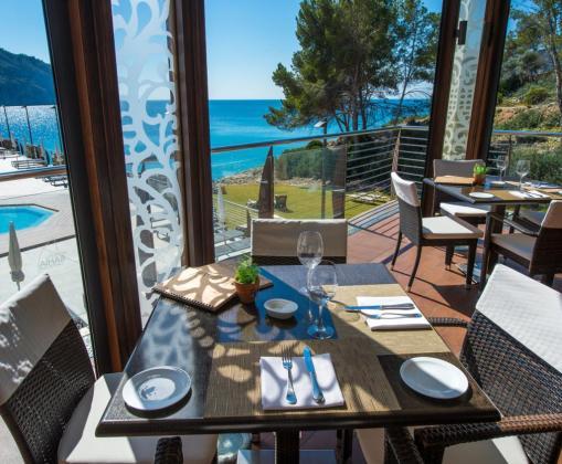 El restaurante Flor de Sal ofrece unas hermosas vistas sobre la bahía de Camp de Mar, en Andratx.
