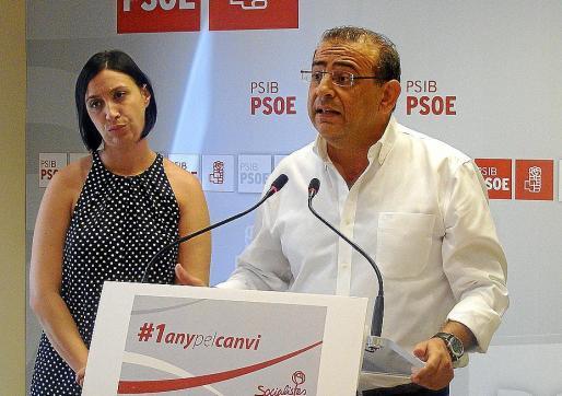 El líder del PSOE en Calvià, Alfonso Rodríguez , junto a la dirigente insular Silvia Cano.