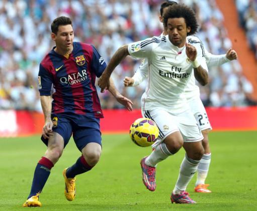 Marcelo y Messi luchan por un balón durante el partido de la primera vuelta disputado en el estadio Santiago Bernabéu.