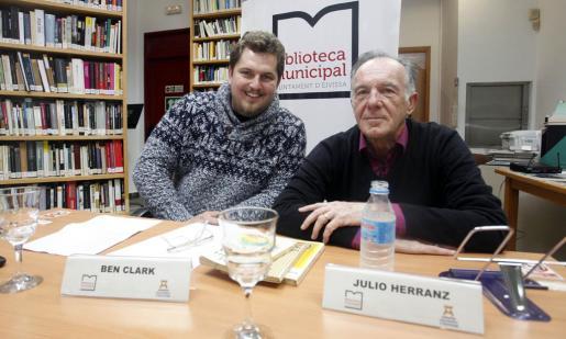 Los poetas Ben Clark y Julio Herranz, ayer en la Biblioteca Municipal de Can Ventosa. Foto: TONI ESCOBAR
