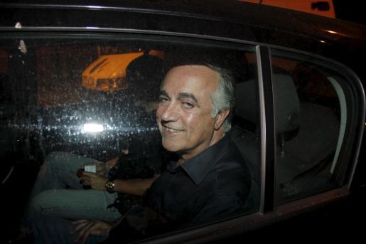Juan Carlos Alía esboza una sonrisa al entrar detenido en la Jefatura Superior de Policía.