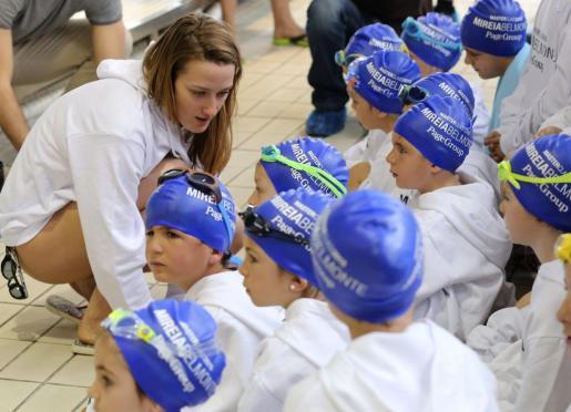 La nadadora Mireia Belmonte imparte una clase magistral de natación a niños con motivo del Día Mundial del Agua.