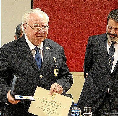 Bernardo Rabassa, con la medalla.
