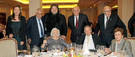 Josef Egger, entre su esposa Elfi y Margalida Magraner. De pie: Noelia Alfonso, Pere A. Serra, el tenor Johan Botha, Daniel Puig y Tummy Bestard, en la cena de gala celebrada en el Hotel Son Vida.