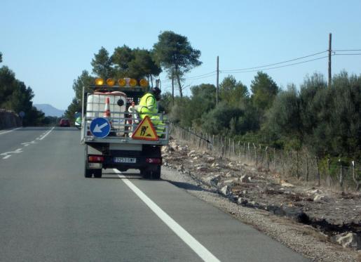 Imagen de una fumigación en una carretera.